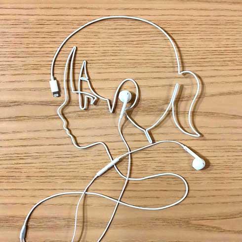 イヤフォン コード 絵 音楽を聴く女の子