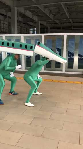 新幹線 はやぶさ 格好 シュール 青森 七戸十和田駅 おじさん 七戸はやぶさ ぴーあーる隊