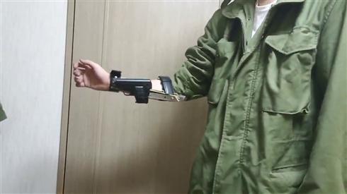 袖からシュバッ! モデルガンを瞬時に取り出せる「スリーブガン」の完成度がすごい