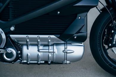 車体下部にモーターを配置、低重心化