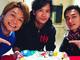 稲垣吾郎の誕生日、香取慎吾&草なぎ剛が花いっぱいのケーキで祝福 3ショットに「笑顔が見れて幸せ」の声