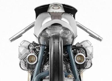 ベースは1982年製のモトグッツィ、縦置きVツインエンジンにその名残りがあります