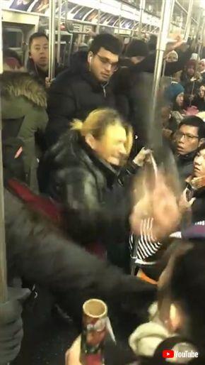 米ブルックリン電車で差別発言、折り畳み傘で攻撃、つば吐きなどを繰り返した女性が逮捕 動画が世界中に拡散