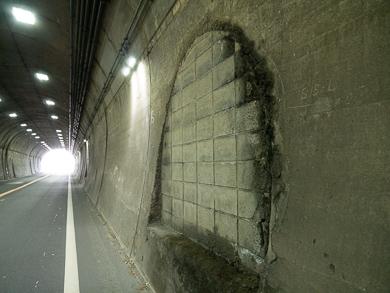 横須賀 トンネル 隧道 平沼義之 比与宇隧道 謎の穴をふさいだ形跡