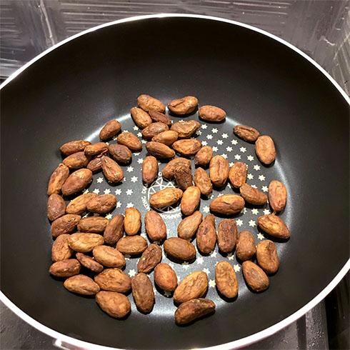 カカオ豆を焙煎するところ
