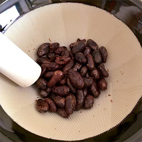 すり鉢に入れたカカオ豆