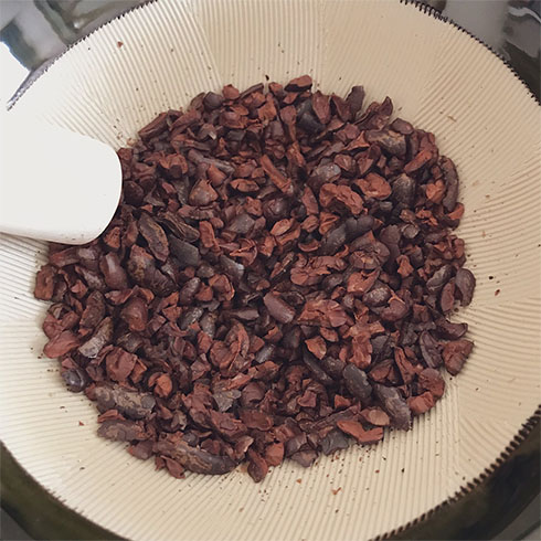 カカオ豆をすりつぶすところ