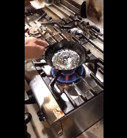 油を強火で加熱します