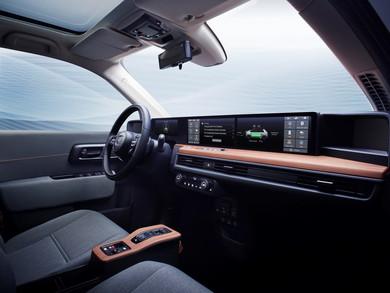 シンプルなデザインながら最新のインフォテイメントシステムを備えた車内