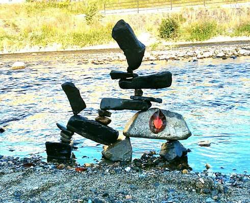 河原 石を積む ロックバランシング 池西大輔