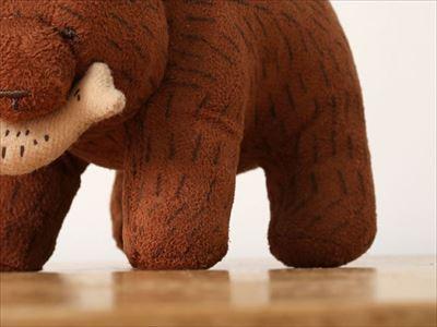 木彫りのくまぬいぐるみ