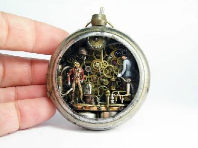 懐中時計の中にロボットと人が……
