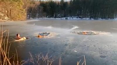 凍った池から救出