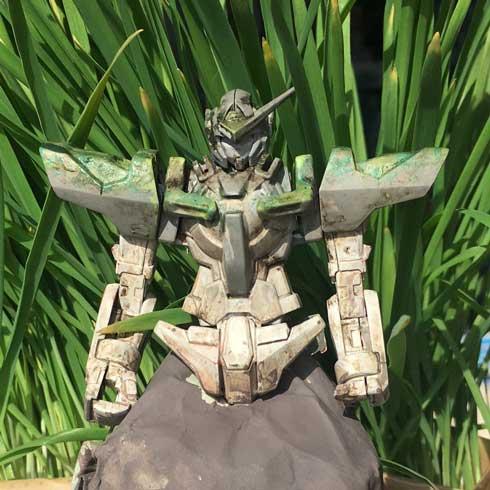 インドネシア どう見てもガンダム 石像 エクシア プラモデル 再現