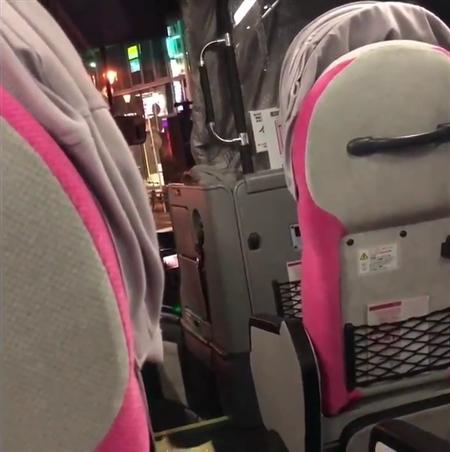 バス運転手「もう無理ですって!」 乗り遅れた男性立ちはだかり横断歩道で立ち往生、動画が拡散
