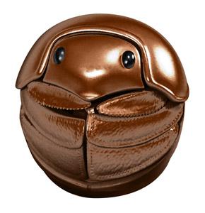 丸まった茶色のマンマルコガネ