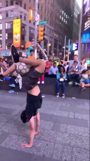 フリースタイルフットボール サッカー ニューヨーク タイムズスクエア 夢 Ryu Tricks