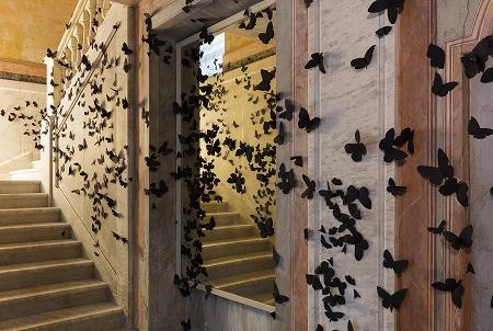 紙でできた黒蝶の群れ