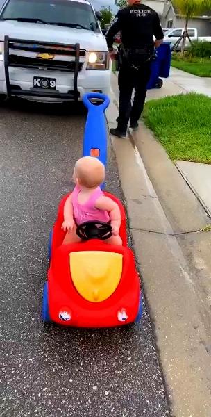 赤ちゃんと警察官