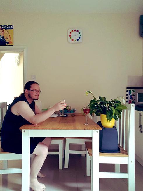 「観葉植物を世話しておいて」 植物と読書やカードゲームで遊ぶ写真が送られてくる