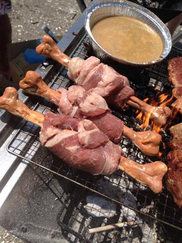 バーベキューでマンガ肉を焼く様子