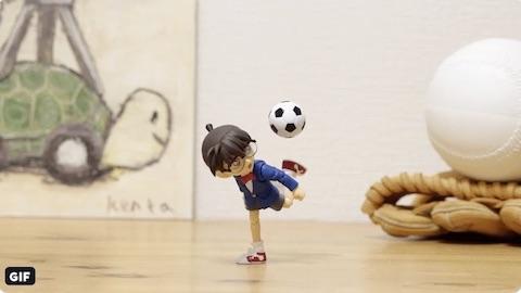 「サッカーを披露する江戸川コナン」
