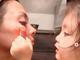 """「そこ目…そこ鼻の中」 土屋アンナ、長女からのメイクを""""全力で受け止める""""姿に「私も見習いたい」と反響"""