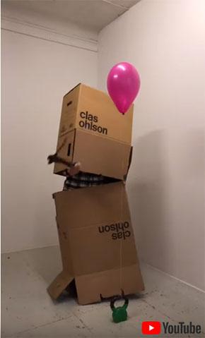 大きい段ボールに入って箱を割る