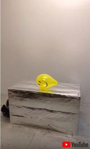 銀色の箱の上に風船