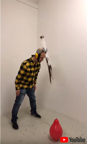 頭につけたケースからナイフが落ちてくる