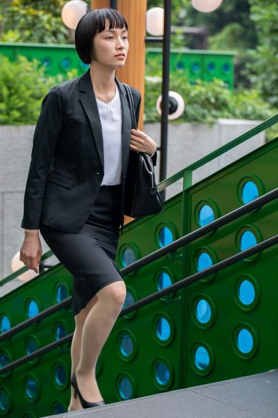 レディースワークスカートを着る女性