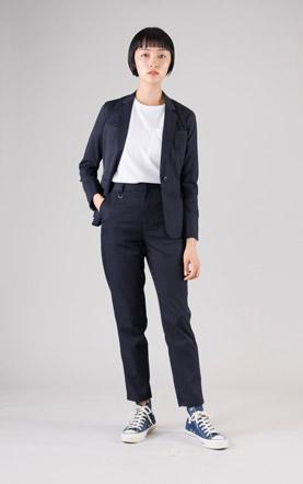 パンツとのセットアップを着る女性