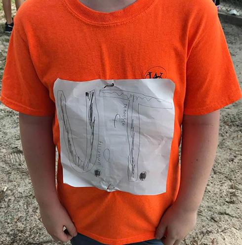 スポーツチームの応援Tシャツを自作した少年がからかわれるも 公式グッズ化され収益がいじめ防止寄付へ