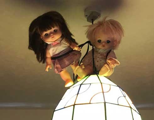 部屋 人形 飾る 天井 証明 住み着いている 部屋 失敗 ホラー 怖い チャッキー アナベル