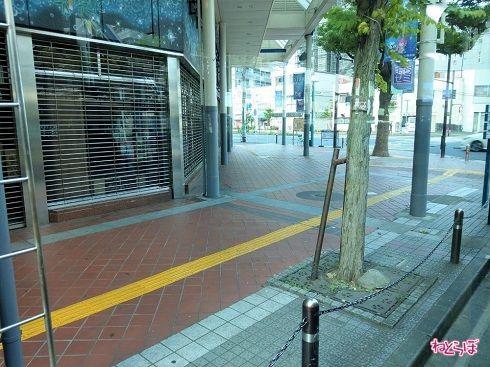 大通りを走る平44系統。早朝のため、お店はほとんど閉まっている