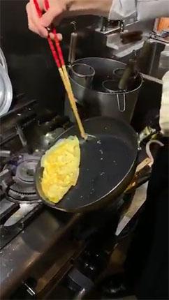 卵を寄せる様子