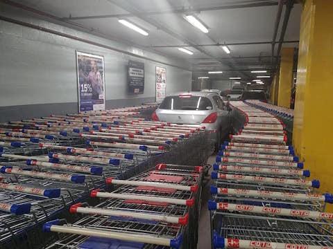 海外 スーパーマーケット 駐車場 カート クルマ お仕置き 店員 激怒