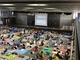 小学校の画期的な運動会「体育館でのパブリックビューイングスタイル」にTwitterで称賛 保護者は子どもの学年の番に「優先観覧席」に移動