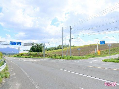旭川から富良野方向へ、ジェットコースターの路の入口を望む