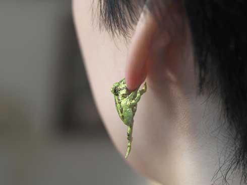 耳を噛む かじる カエル アクセ イヤーカフ ベルツノガエル ハンドメイド