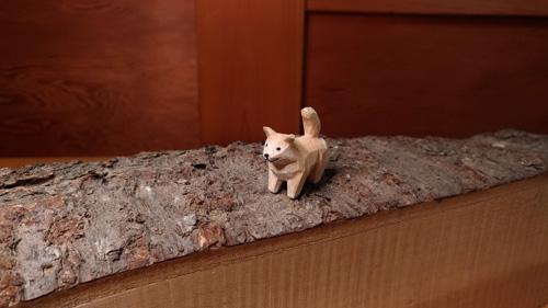 ちっこい犬の木彫り