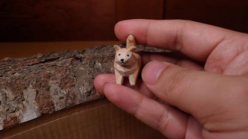ちっこい犬の木彫り正面