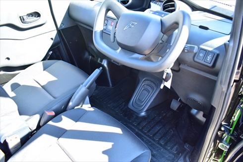 アクセルはハンドルレバーで、ブレーキは床に装備