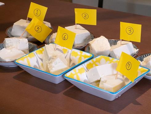 皿に入れられ並ぶ湯豆腐