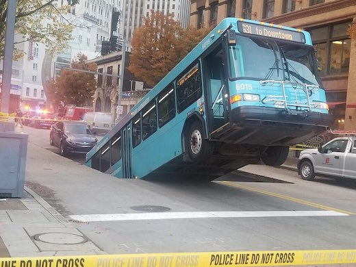 バス ペンシルバニア ピッツバーグ 道路 陥没 穴 珍事