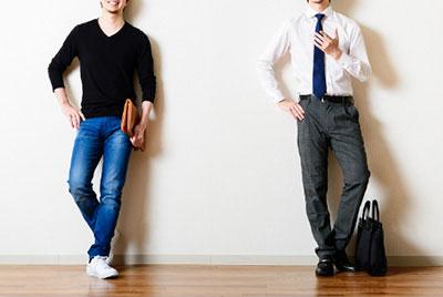 スーツ姿の男性とカジュアルウェアの男性