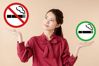 禁煙と喫煙を天秤に変え禁煙を選ぶ女性