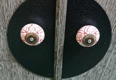 和風の取っ手 扉 充血した眼球 ホラー 怖い 目 ダイソー