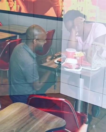 KFCで求婚した男性が嘲笑されるも企業からはやまない祝福