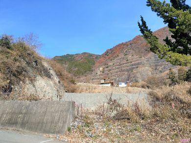 進行方向右手には階段状になった崖があり、非常に目立つ